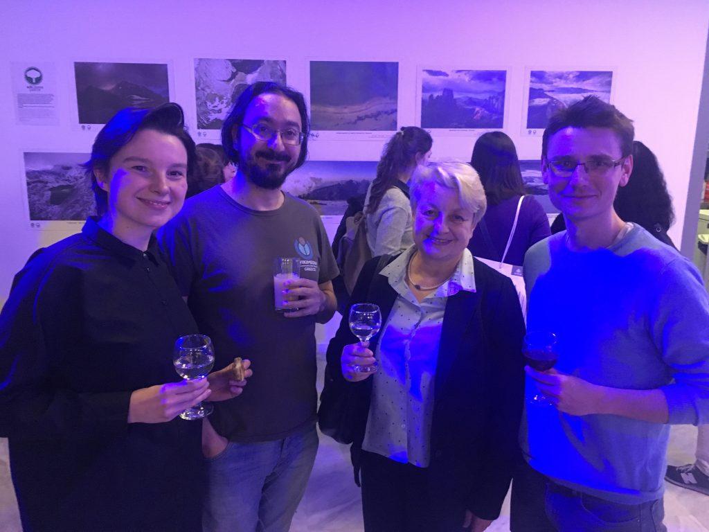 Από αριστερά προς τα δεξιά:  Gosia Cabaj, Μάριος Μαγιολαδίτης, Κρίστελ Μάνκε, ένας γερμανός επισκέπτης της έκθεσης