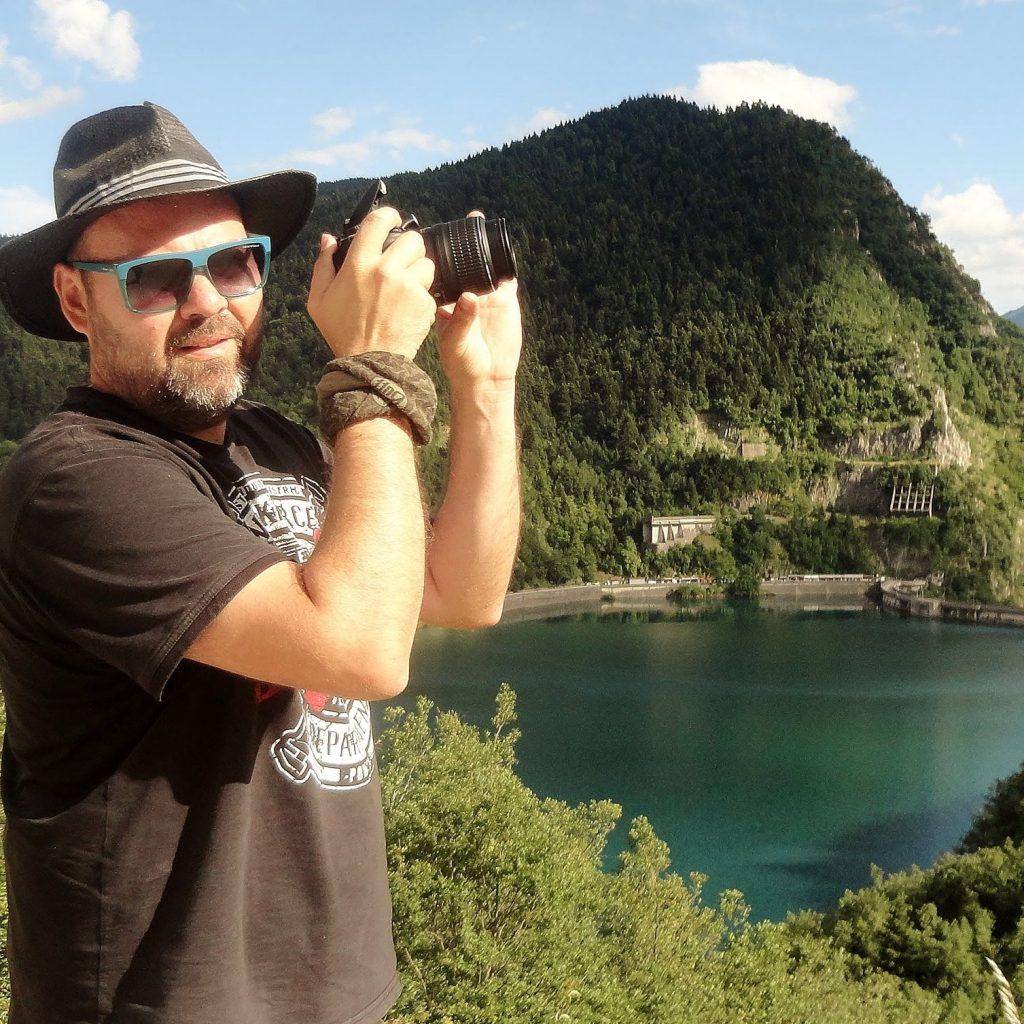 Ο Αλέξης Αλεξανδρής τραβώντας φωτογραφίες.